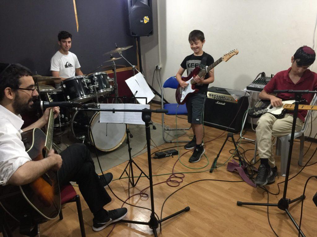 נגן שמעוניין לנגן בלהקה מגיע לפגישת היכרות עם איש צוות בלנגן בכיף בסטודיו שלנו במרכז ירושלים ובעקבותיה אנו משבצים אותו להרכב לפי הרמה, הסגנון והגיל.